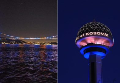 Dy urat e Stambollit dhe simboli i Ankarasë u ndriçuan me ngjyrat e flamurit të Kosovës (Foto)